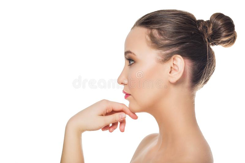 Ελκυστική νέα γυναίκα στο σχεδιάγραμμα σχετικά με το πρόσωπό της στοκ εικόνα με δικαίωμα ελεύθερης χρήσης