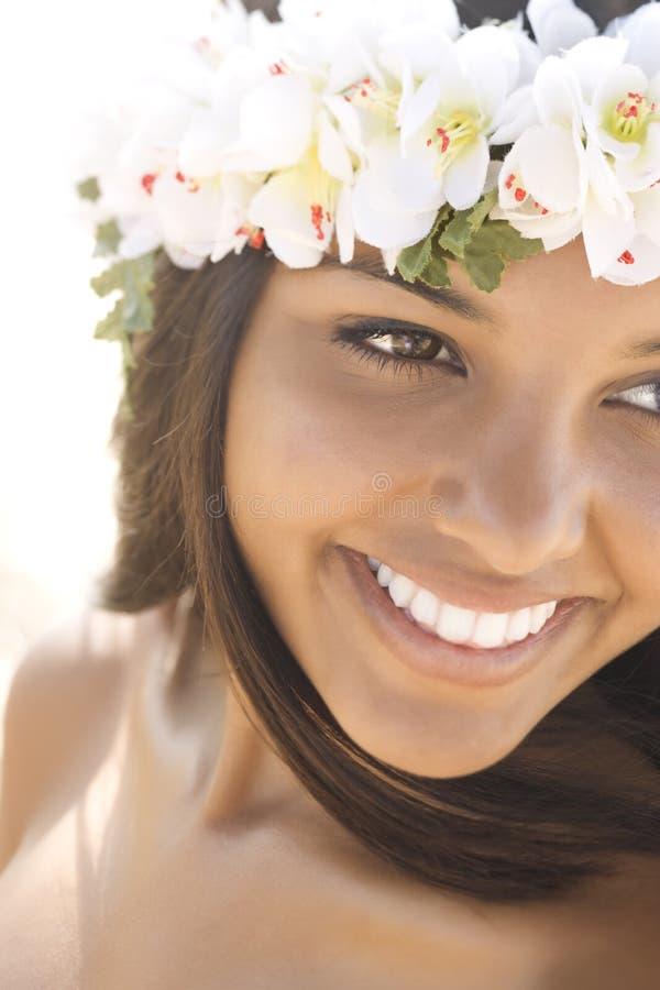 Ελκυστική νέα γυναίκα στο χαμόγελο Lei στοκ εικόνα με δικαίωμα ελεύθερης χρήσης