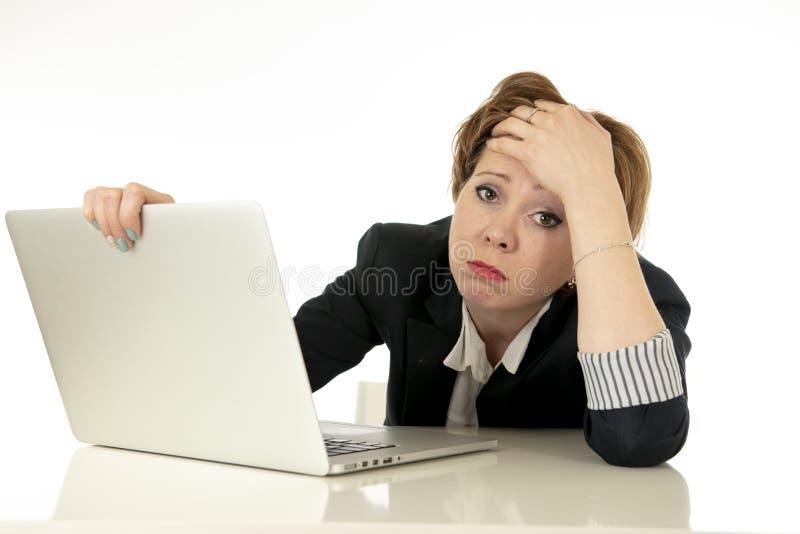 Ελκυστική νέα επιχειρησιακή γυναίκα που εργάζεται στον υπολογιστή της που τονίζεται, που κουράζεται και που συντρίβεται στοκ φωτογραφία με δικαίωμα ελεύθερης χρήσης