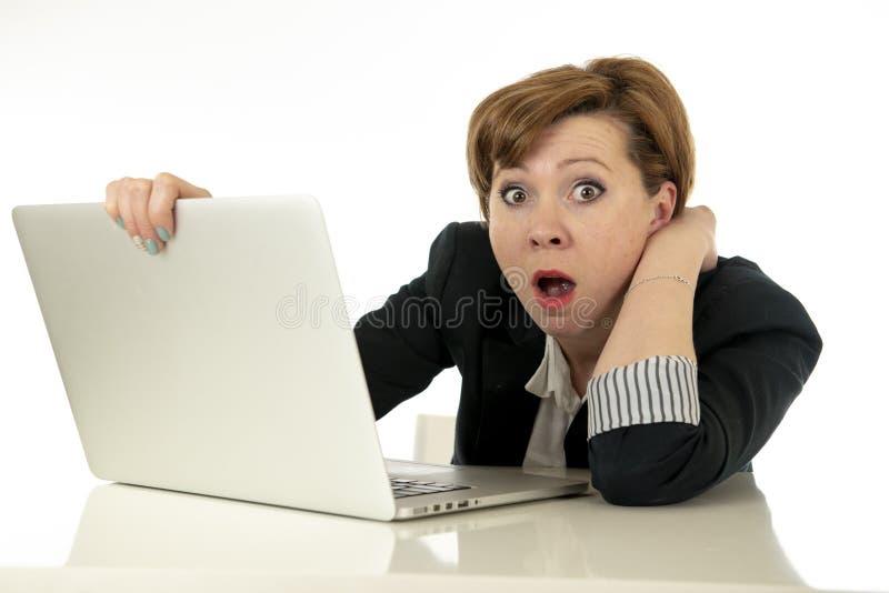 Ελκυστική νέα επιχειρησιακή γυναίκα που εργάζεται στον υπολογιστή της που τονίζεται, νευρικός και που συντρίβεται στοκ φωτογραφία