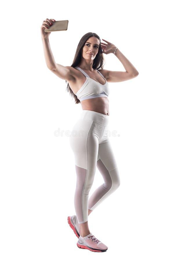 Ελκυστική νέα πρότυπη παίρνοντας selfie τοποθέτηση ικανότητας γυναικών με βεβαιότητα στοκ φωτογραφίες