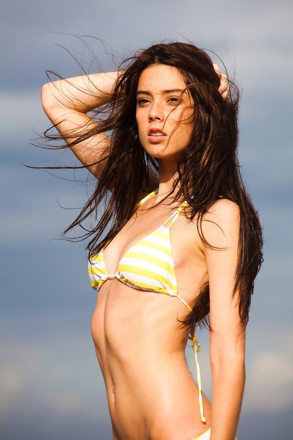 Ελκυστική νέα τοποθέτηση γυναικών υπαίθρια Bikini στοκ φωτογραφία