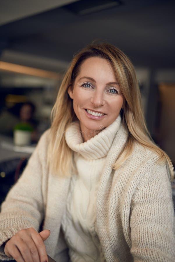 Ελκυστική ξανθή γυναίκα που χαμογελά στη κάμερα στοκ φωτογραφία με δικαίωμα ελεύθερης χρήσης