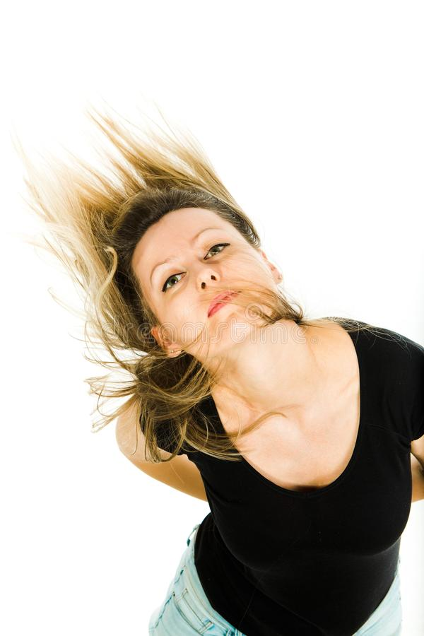Ελκυστική ξανθή τοποθέτηση γυναικών με τις πετώντας μακριές ευθείες τρίχες στοκ εικόνα με δικαίωμα ελεύθερης χρήσης