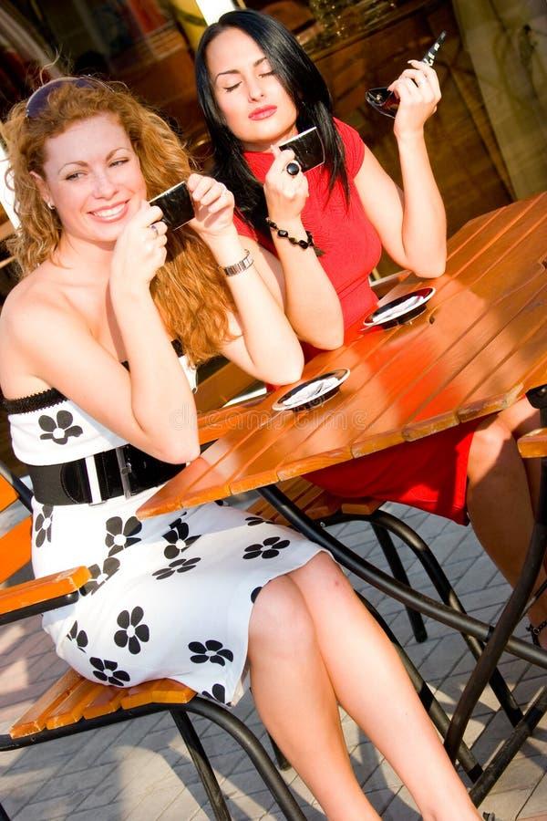 ελκυστική οδός δύο καφέδων γυναίκες στοκ φωτογραφία με δικαίωμα ελεύθερης χρήσης