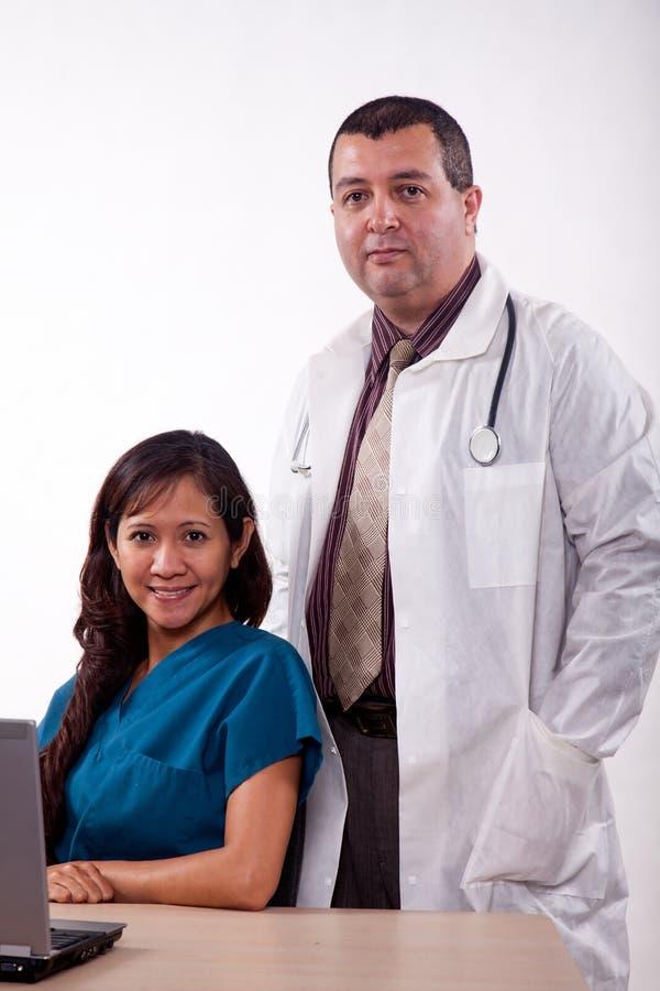 Ελκυστική πολυ φυλετική ιατρική ομάδα στοκ εικόνες με δικαίωμα ελεύθερης χρήσης
