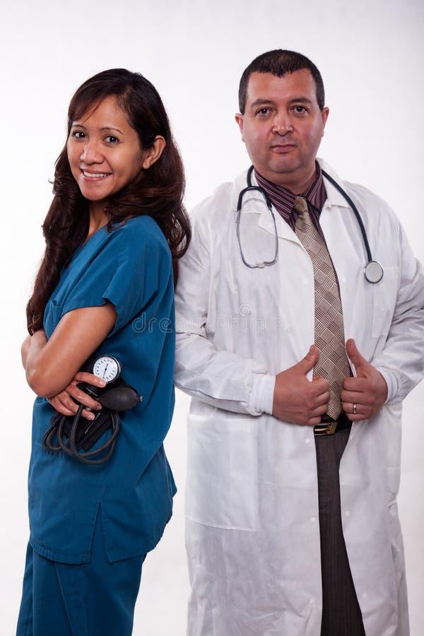Ελκυστική πολυ φυλετική ιατρική ομάδα στοκ εικόνα με δικαίωμα ελεύθερης χρήσης