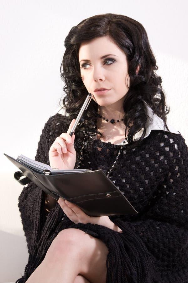 ελκυστική σκεπτόμενη γυναίκα επιχειρησιακών ημερολογίων στοκ φωτογραφία με δικαίωμα ελεύθερης χρήσης