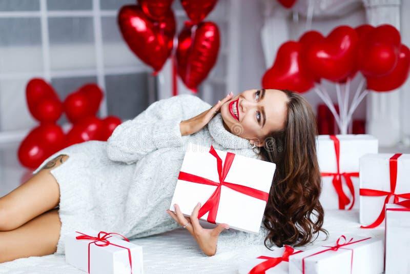 Ελκυστική όμορφη και προκλητική γυναίκα με το τέλειο χαμόγελο και τα δόντια Με το makeup στο δώρο εκμετάλλευσης γενεθλίων ή ημέρα στοκ εικόνες