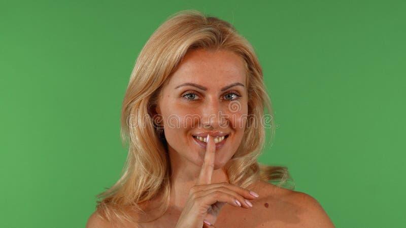 Ελκυστική ώριμη γυναίκα που χαμογελά και που στη κάμερα στοκ εικόνες με δικαίωμα ελεύθερης χρήσης