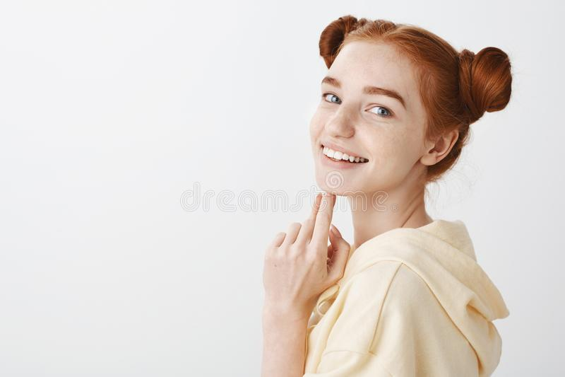 Ελκυστική redhead γυναίκα με τα μπλε μάτια που αισθάνεται ευτυχής έννοια ομορφιάς φυσική Στούντιο που πυροβολείται της βέβαιας όμ στοκ φωτογραφία με δικαίωμα ελεύθερης χρήσης