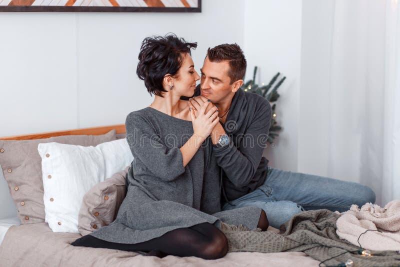 Ελκυστικοί εύθυμοι άνδρας και γυναίκα στο αγκάλιασμα κρεβατιών Αγκαλιά ζεύγους στοκ φωτογραφία με δικαίωμα ελεύθερης χρήσης