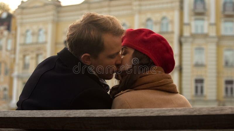 Ελκυστικοί νέοι που φιλούν για πρώτη φορά, ρομαντική ατμόσφαιρα, φθινόπωρο στοκ εικόνα