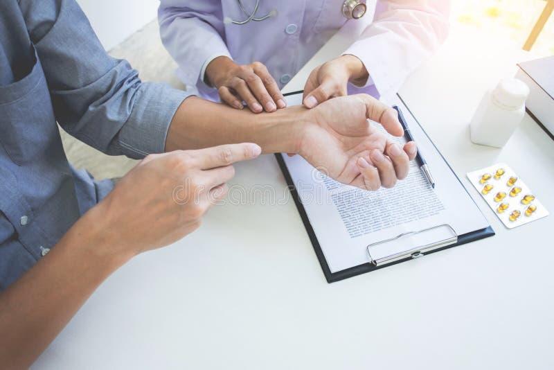 Ελκυστικός αρσενικός γιατρός που εξετάζει συζητώντας τις εκθέσεις με το μασάζ ασθενής που πάσχει από τον πόνο στην πλάτη στην κλι στοκ φωτογραφίες με δικαίωμα ελεύθερης χρήσης