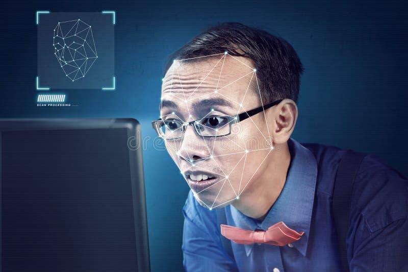 Ελκυστικός ασιατικός επιχειρηματίας που χρησιμοποιεί την αναγνώριση προσώπου απεικόνιση αποθεμάτων