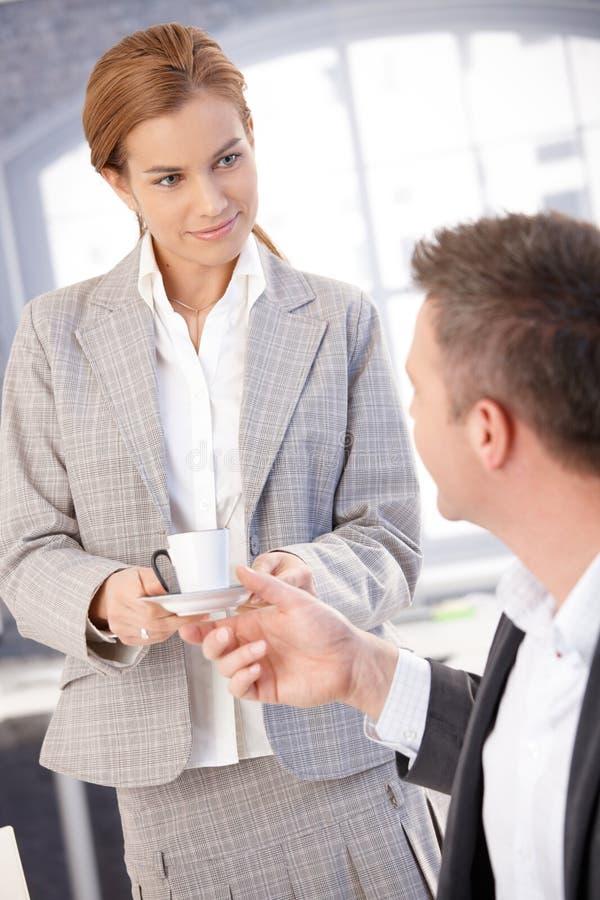 Ελκυστικός γραμματέας που δίνει τον καφέ στον προϊστάμενο στοκ φωτογραφία με δικαίωμα ελεύθερης χρήσης