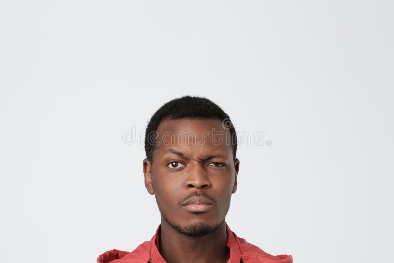Ελκυστικός δυστυχισμένος μαύρος νεαρός άνδρας πέρα από το άσπρο υπόβαθρο στοκ φωτογραφίες