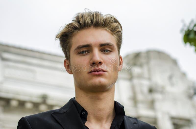 Ελκυστικός μπλε eyed, ξανθός επικεφαλής-πυροβολισμός νεαρών άνδρων στοκ φωτογραφίες