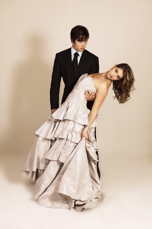 Ελκυστικός νέος χορός ζεύγους στοκ εικόνα με δικαίωμα ελεύθερης χρήσης