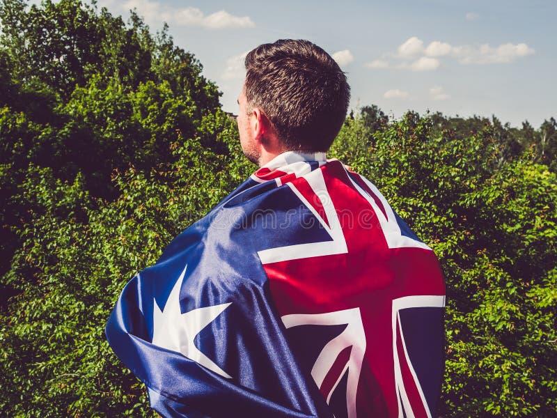 Ελκυστικός, νεαρός άνδρας που κυματίζει μια βρετανική σημαία στοκ εικόνες