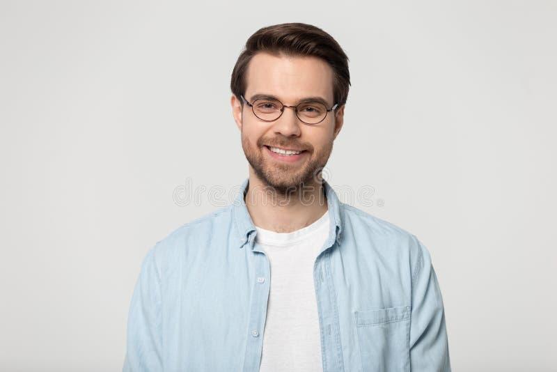 Ελκυστικός χαμογελώντας νεαρός άνδρας στο στούντιο γυαλιών headshot στοκ φωτογραφία με δικαίωμα ελεύθερης χρήσης