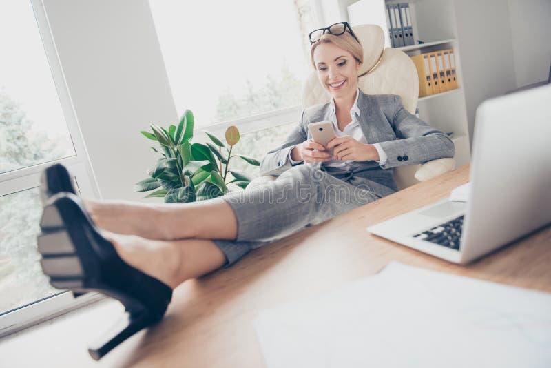 Ελκυστικός, όμορφος διευθυντής που χρησιμοποιεί 3G Διαδίκτυο στο έξυπνο τηλέφωνο, wri στοκ εικόνα