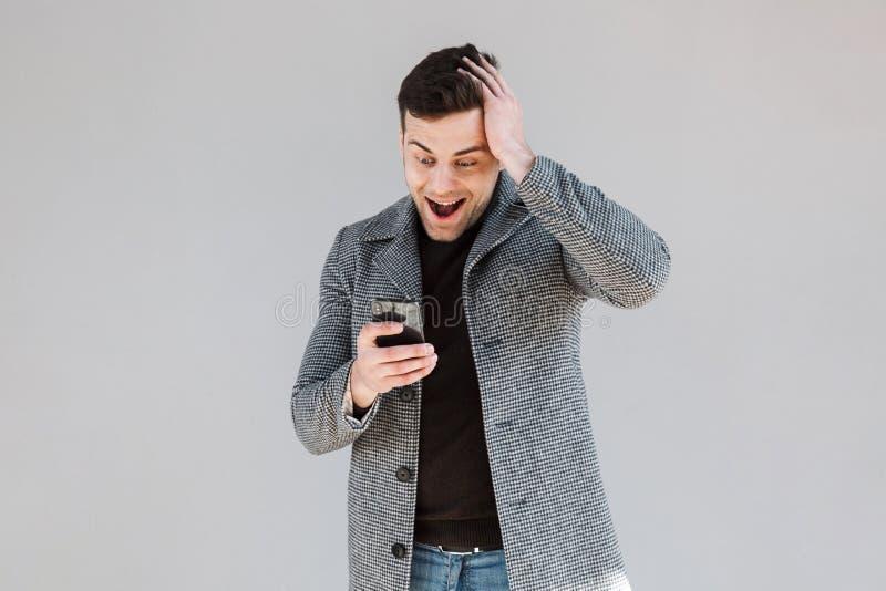 Ελκυστικό άτομο που φορά τη στάση παλτών στοκ φωτογραφίες με δικαίωμα ελεύθερης χρήσης