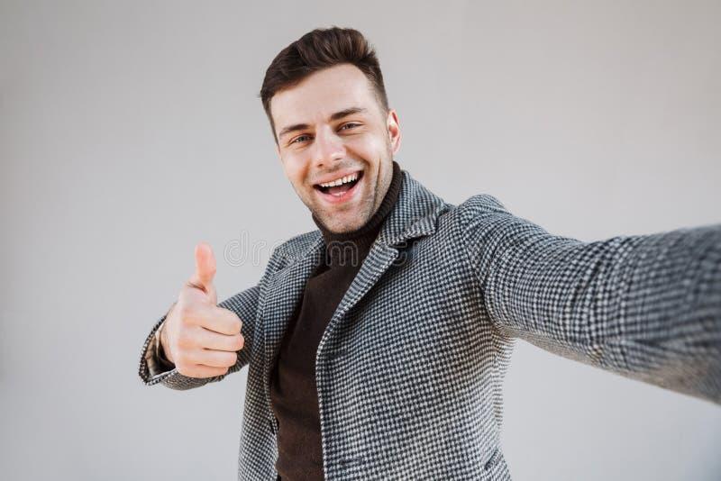Ελκυστικό άτομο που φορά τη στάση παλτών στοκ φωτογραφία με δικαίωμα ελεύθερης χρήσης
