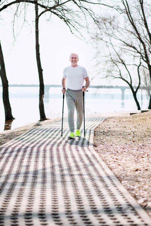 Ελκυστικό ανώτερο άτομο που ανακαλύπτει το περπάτημα φυλών στοκ εικόνα με δικαίωμα ελεύθερης χρήσης