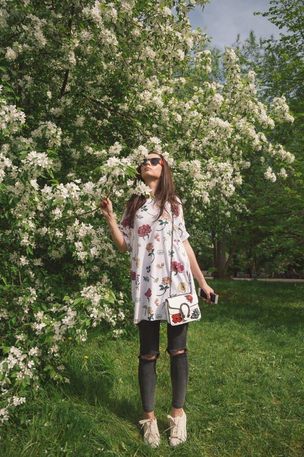 Ελκυστικό δέντρο ανθών άνοιξη μυρωδιών γυναικών στοκ εικόνες