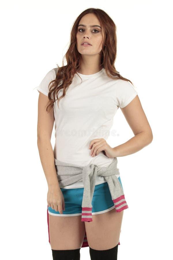 Ελκυστικό εκλεκτής ποιότητας κορίτσι αθλητικής μόδας ύφους με μια άσπρη κενή μπλούζα στοκ φωτογραφίες