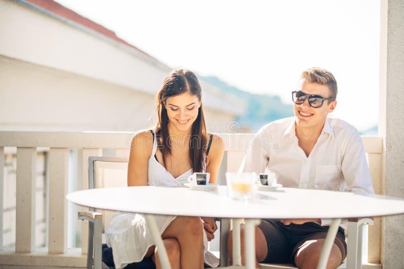 Ελκυστικό ζεύγος που έχει την πρώτη ημερομηνία Ραντεβού στα τυφλά Καφές με έναν φίλο Χαμογελώντας ευτυχείς άνθρωποι που έχουν ένα στοκ φωτογραφίες με δικαίωμα ελεύθερης χρήσης