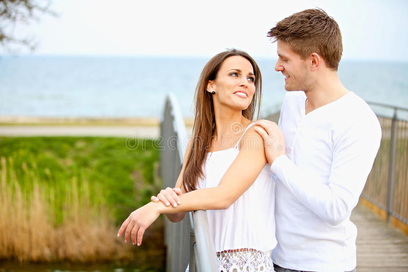 Ελκυστικό ζεύγος που εξετάζει μεταξύ τους στοκ φωτογραφία