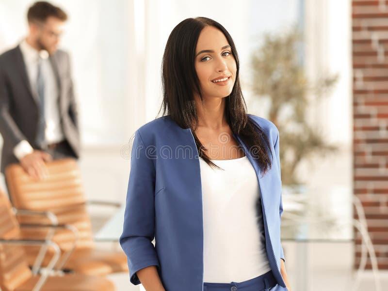 Ελκυστικό θηλυκό ανώτατο στέλεχος επιχείρησης στο σύγχρονο γραφείο στοκ φωτογραφίες με δικαίωμα ελεύθερης χρήσης