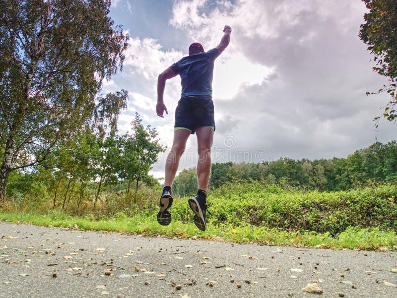 Ελκυστικό και ψηλό άτομο δρομέων στο λεπτό sportswear τρέξιμο στοκ εικόνες