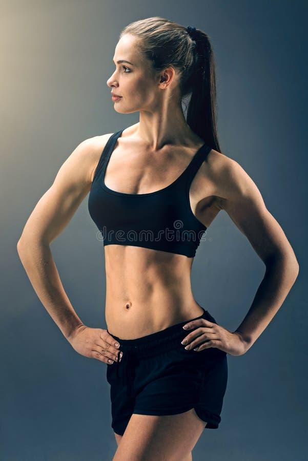 Ελκυστικό κατάλληλο brunette που παρουσιάζει την καλά - εκπαιδευμένο σώμα στοκ εικόνες με δικαίωμα ελεύθερης χρήσης