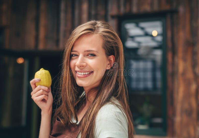 Ελκυστικό κορίτσι με ένα λεμόνι στοκ φωτογραφίες με δικαίωμα ελεύθερης χρήσης
