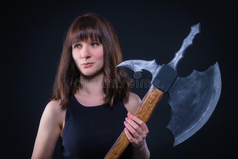 Ελκυστικό κορίτσι πολεμιστών με ένα τσεκούρι μάχης στα χέρια του στοκ εικόνες