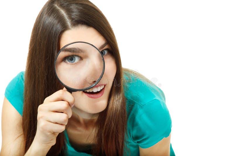 Ελκυστικό κορίτσι που κοιτάζει μέσω μιας ενίσχυσης - γυαλί πέρα από το λευκό στοκ εικόνα με δικαίωμα ελεύθερης χρήσης