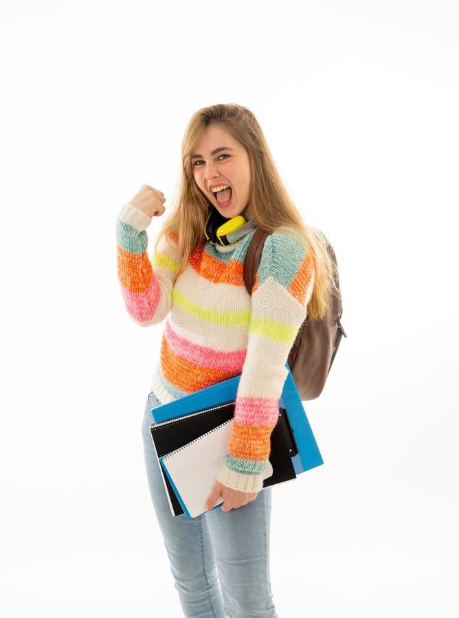 Ελκυστικό κορίτσι σπουδαστών με ευτυχείς τρόπο ζωής πανεπιστημιουπόλεων εορτασμού σακιδίων πλάτης και επιτυχία εκμάθησης στοκ εικόνες