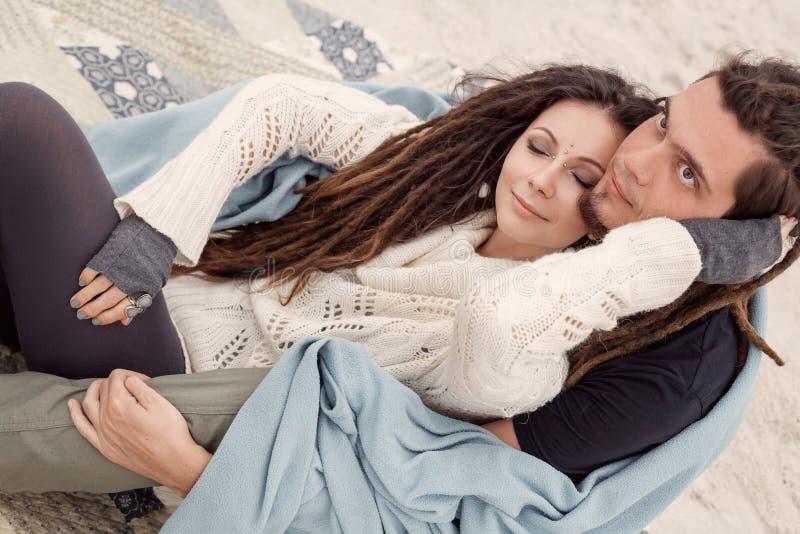 Ελκυστικό νέο ζεύγος που καλύπτεται με το καρό στοκ εικόνα με δικαίωμα ελεύθερης χρήσης