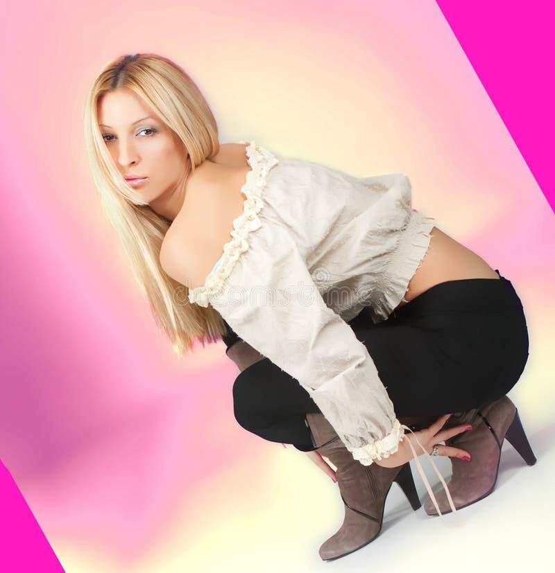 Ελκυστικό νέο σκύψιμο γυναικών στοκ εικόνες