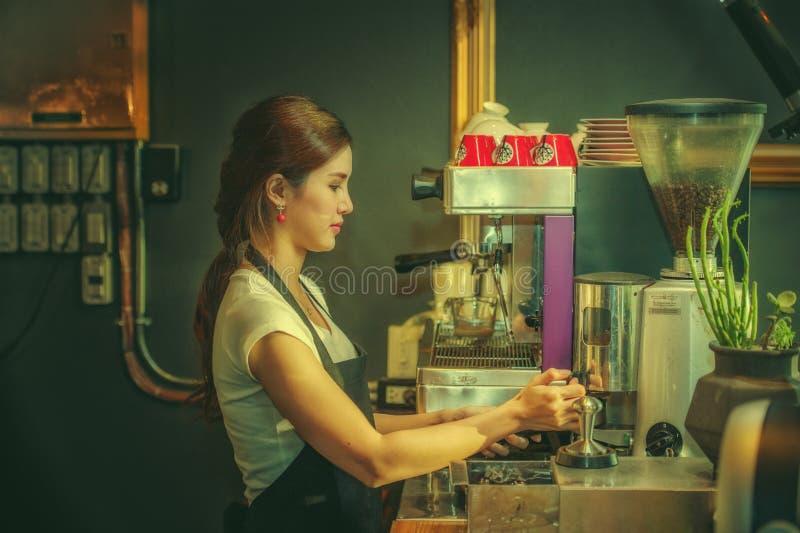 Ελκυστικό νέο όμορφο καυκάσιο barista στη καφετερία στοκ εικόνα με δικαίωμα ελεύθερης χρήσης