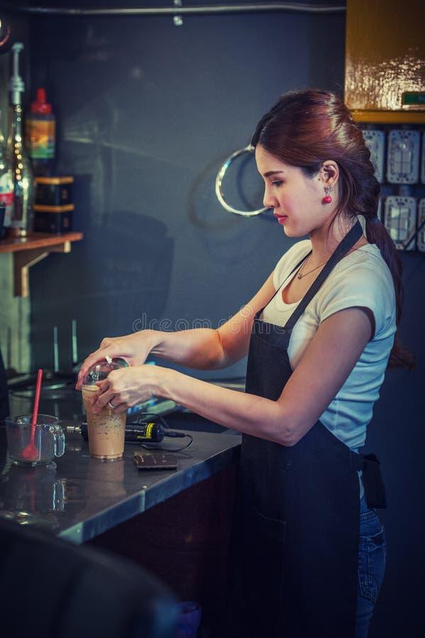 Ελκυστικό νέο όμορφο καυκάσιο barista στη καφετερία στοκ φωτογραφίες