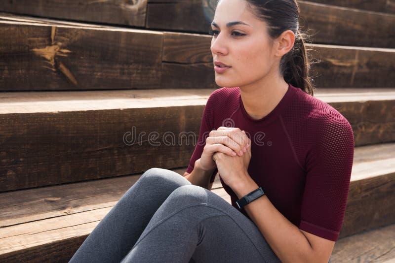 Ελκυστικό νέο brunette που κάνει την κοιλιακή άσκηση στοκ φωτογραφίες με δικαίωμα ελεύθερης χρήσης