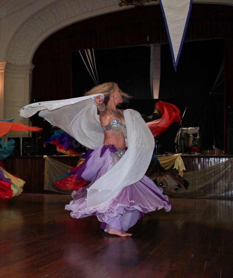 ελκυστικό πορτοκάλι ανατολικών κοριτσιών φορεμάτων χορών χορευτών χορού κοιλιών στοκ φωτογραφίες με δικαίωμα ελεύθερης χρήσης