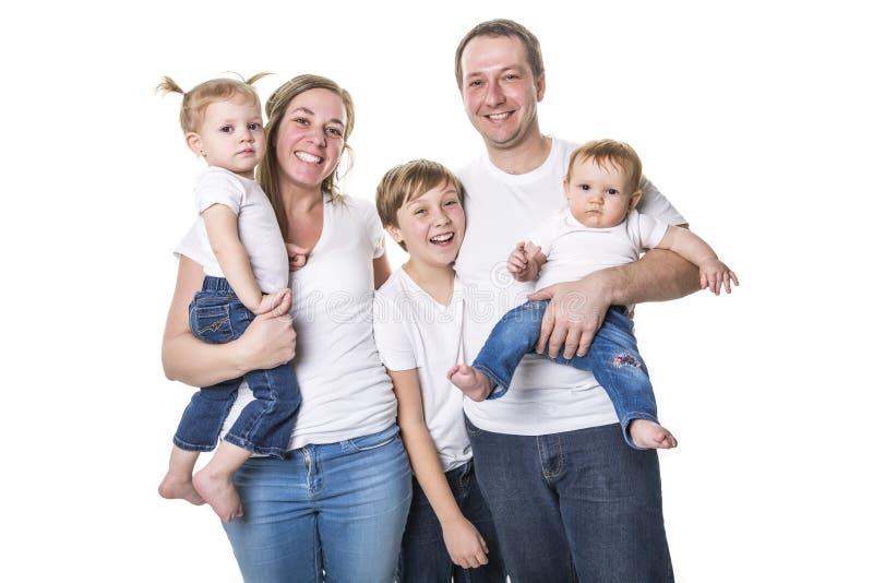 Ελκυστικό πορτρέτο της νέας ευτυχούς οικογένειας πέρα από το άσπρο υπόβαθρο στοκ φωτογραφίες
