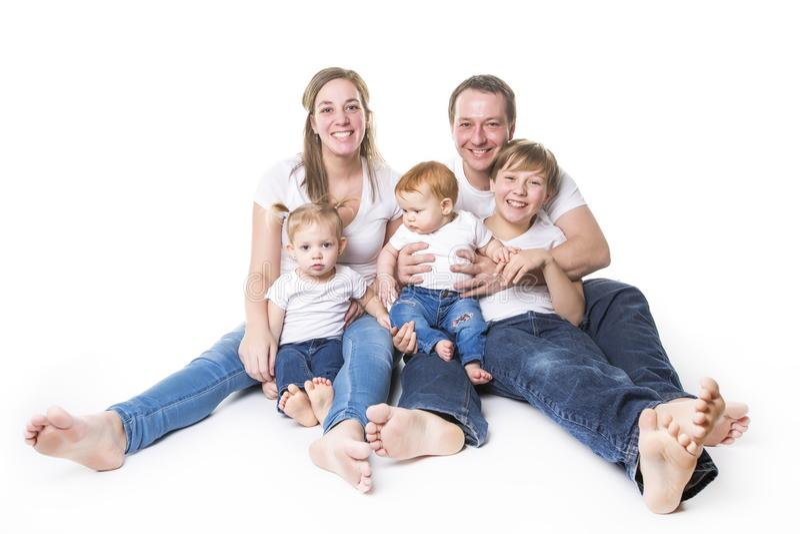 Ελκυστικό πορτρέτο της νέας ευτυχούς οικογένειας πέρα από το άσπρο υπόβαθρο στοκ εικόνες