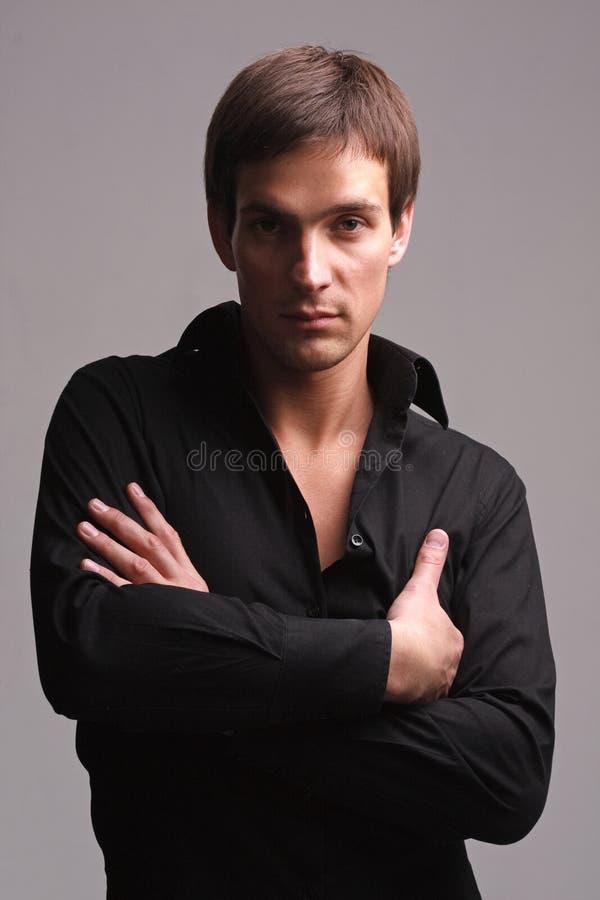 ελκυστικό πουκάμισο μαύ& στοκ εικόνα με δικαίωμα ελεύθερης χρήσης