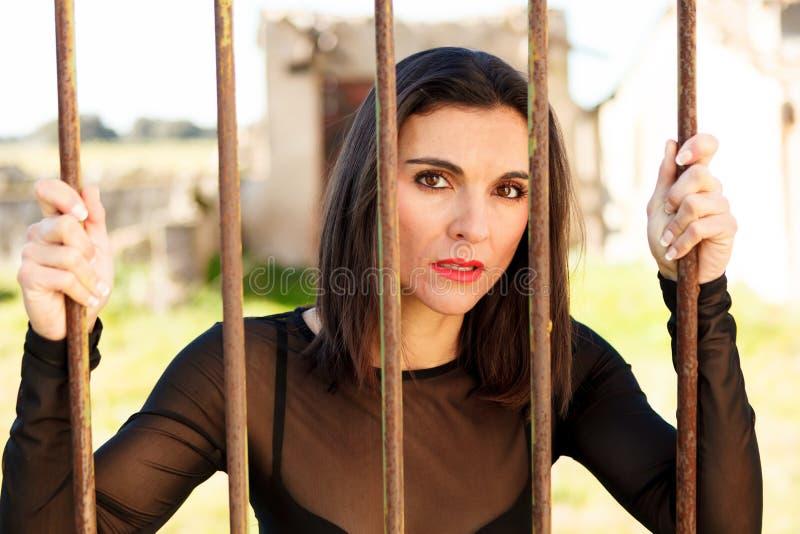 Ελκυστικό behide γυναικών οι φραγμοί στοκ εικόνες με δικαίωμα ελεύθερης χρήσης